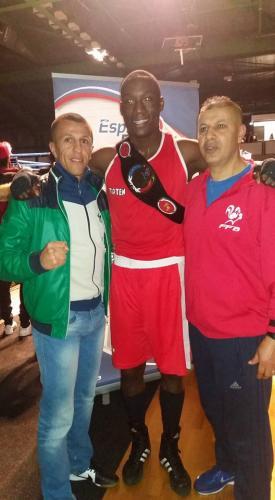 Kevin champion de FRANCE entouré par ses deux entraineurs